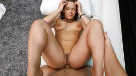 Linda amadora peituda fazendo seu primeiro pornô profissional